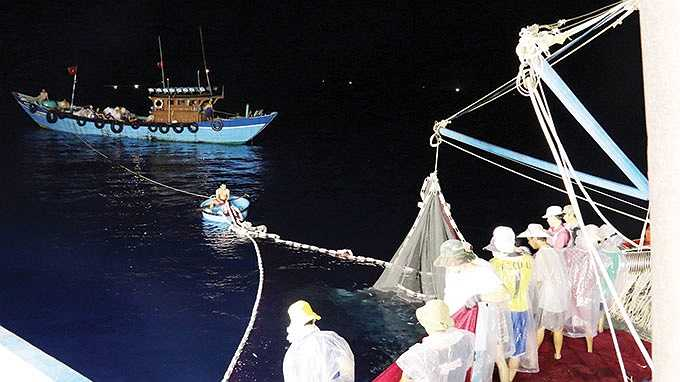 Không chỉ mua và cung cấp nước ngọt, thực phẩm cùng các loại nhu yếu phẩm, tàu hậu cần cũng hỗ trợ kéo lưới cho các tàu cá.