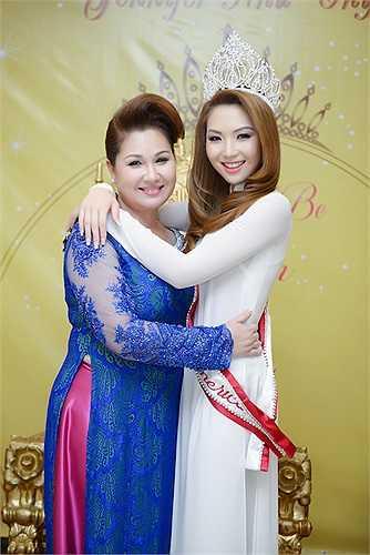 Trong buổi tiệc, Jennifer Chung diện áo dài truyền thống Việt Nam và chụp ảnh cùng mẹ.