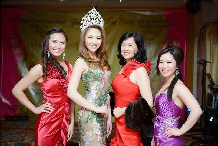 Jennifer Chung chụp hình cùng đại diện ban tổ chức cuộc thi Hoa hậu Á Châu Hoa Kỳ (đầm đỏ bên phải)  Trung Ngạn
