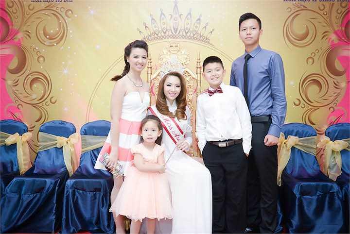 Cô cũng chụp hình cùng các anh chị em trong gia đình