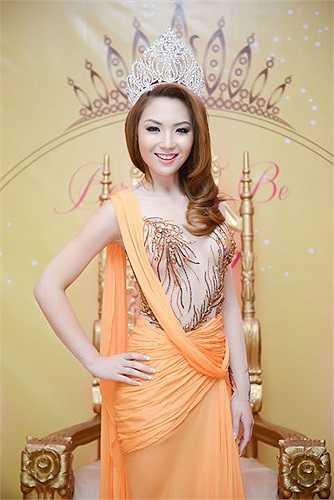 Cô tiếp tục thay một bộ đầm voan đính đá cầu kỳ màu cam vô cùng bắt mắt để nhận bằng khen của các thị trưởng các thành phố trong tiểu bang.