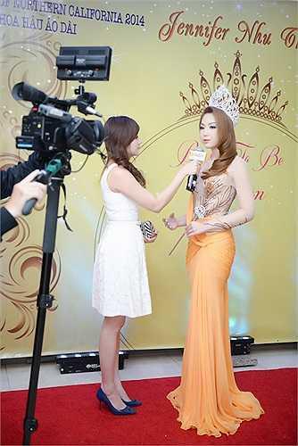 Jennifer Chung tự tin trả lời phỏng vấn báo đài.