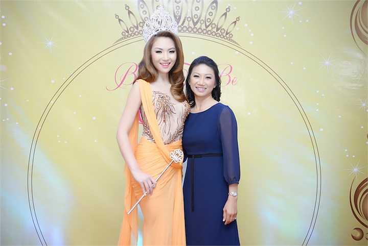 Cô chụp hình cùng một phó thị trưởng gốc Việt vừa được bổ nhiệm hồi đầu năm.