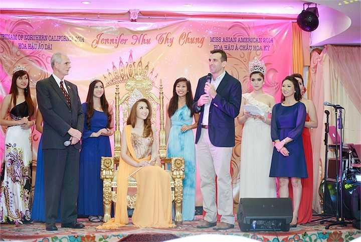 Đại diện các thành phố trong tiểu bang đến chúc mừng thành công của tân hoa hậu.