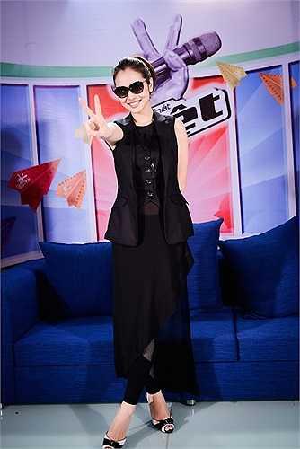 Tối qua, trong chương trình Giọng hát Việt nhí, Jennifer Phạm đã gây chú ý khi diện trang phục cá tính trước giờ lên sóng với phong cách mới lạ hơn so với hình ảnh thường ngày của cô.