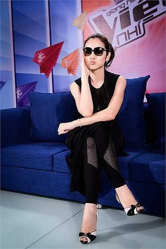 Với phom dáng khá lạ, bộ đồ giúp cho nữ MC có sự tươi mới trong phong cách.