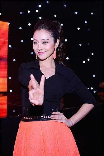 Khi xuất hiện trên sân khấu, Jennifer Phạm cũng ghi điểm với chiếc váy phồng công chúa phù hợp với sân khấu thiếu nhi.