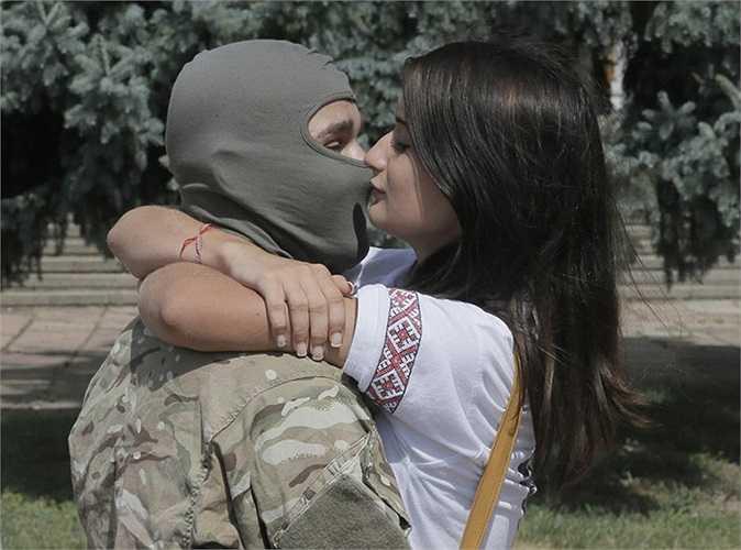 Một tân binh hôn tạm biệt bạn gái trước khi lên đường tham chiến ở miền đông Ukraine hôm 17/8