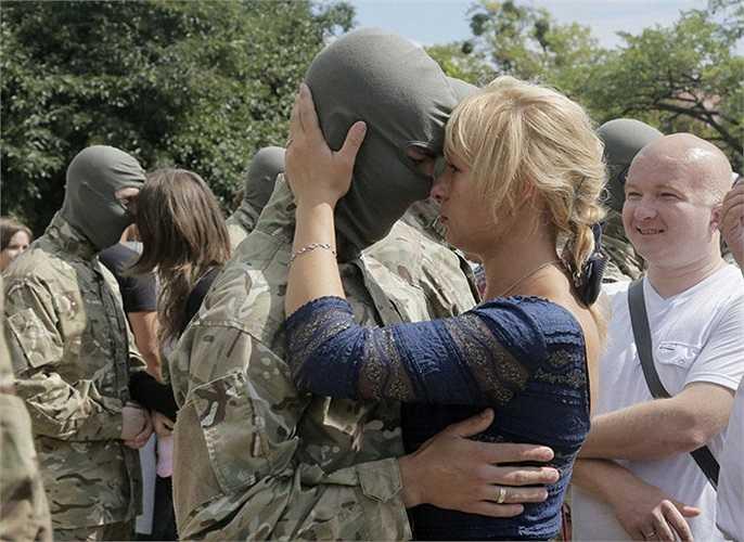 Đối mặt với sinh tử trên chiến trường, những binh sĩ bịn rịn khi tạm biệt người thân