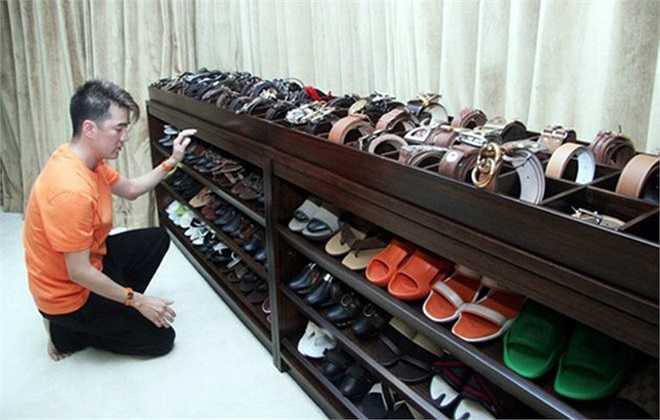 Đàm Vĩnh Hưng từng khiến người hâm mộ bất ngờ khi khoe tủ giày khủng. Tủ giày có nhiều kiểu dáng, từ bình dân đến đắt đỏ và màu sắc, giúp anh dễ dàng chọn lựa phối phụ kiện ăn ý cùng trang phục.