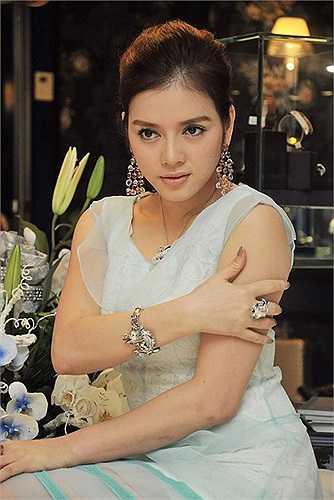 Trong một dịp gặp gỡ giới truyền thông khác, người đẹp tiếp tục khoe một bộ trang sức nhưng thay vì tiết lộ giá cả cụ thể, cô chỉ úp mở nó có giá không dưới 10 tỷ đồng.