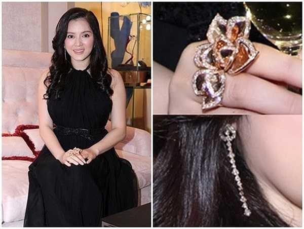 Tháng 3/2013, trong buổi giới thiệu showroom thời trang mới, Lý Nhã Kỳ xuất hiện với đôi hoa tai của hiệu Crivelli trị giá xấp xỉ 35 ngàn USD và chiếc nhẫn Paolo Piovan có giá khoảng 50 ngàn USD (hơn 1,2 tỷ).