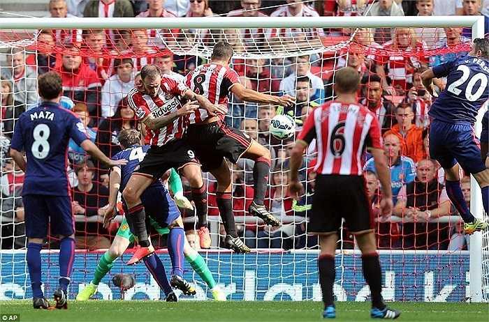 Lợi thế của Man Utd chỉ duy trì được đến phút 30, trước khi Jack Rodwell bật cao đánh đầu tung lưới De Gea.