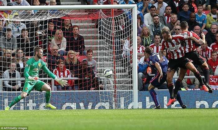 Bàn thắng của cựu cầu thủ Everton và Man City một phần là do hàng thủ Man Utd quá rối loạn trong việc phân chia nhiệm vụ kèm cặp đối phương.