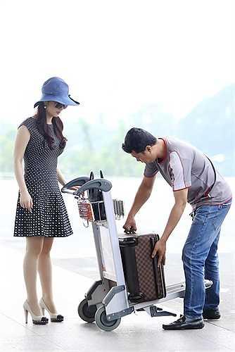Xuất hiện với đầm ngắn trẻ trung và các phụ kiện hàng hiệu, người đẹp không tuổi gây chú ý tại sân bay.