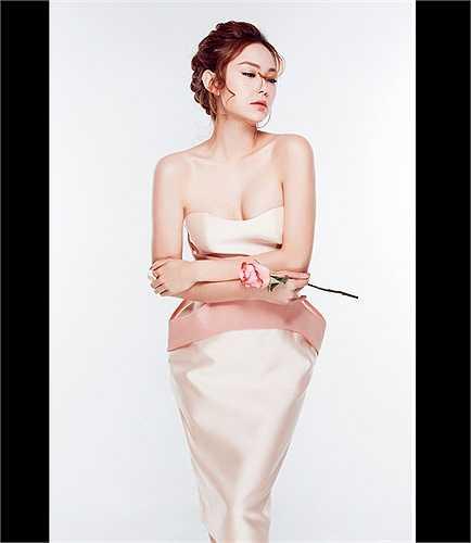 Tự tin khoe vòm ngực gợi cảm với thiết kế váy quây.