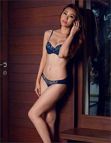 Ngân Khánh phô diễn nét đẹp cơ thể cùng nội y.