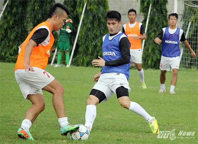 Sau khi có màn khởi động nhẹ, HLV Miura chia quân ra hai đội, thi đấu đối kháng trên nửa sân với yêu cầu không được chạm bóng quá 2 nhịp.