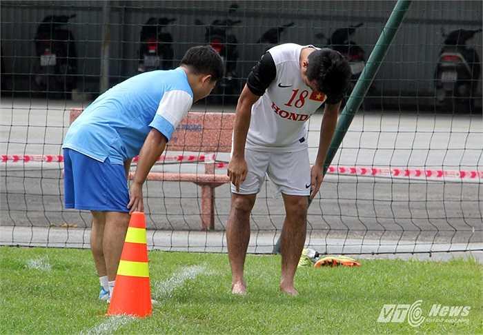 Tiền vệ Hoàng Minh Tâm (SHB Đà Nẵng) thậm chí không thể chạy được nữa và bác sĩ ĐT đã phải tới để xem Minh Tâm có gặp vấn đề gì không.