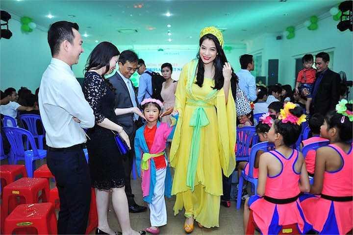 Tối 24/8, Trương Ngọc Ánh cùng con gái Bảo Tiên đã xuất hiện tại một chương trình từ thiện tại TP.HCM, gây ấn tượng với đông đảo khán giả.