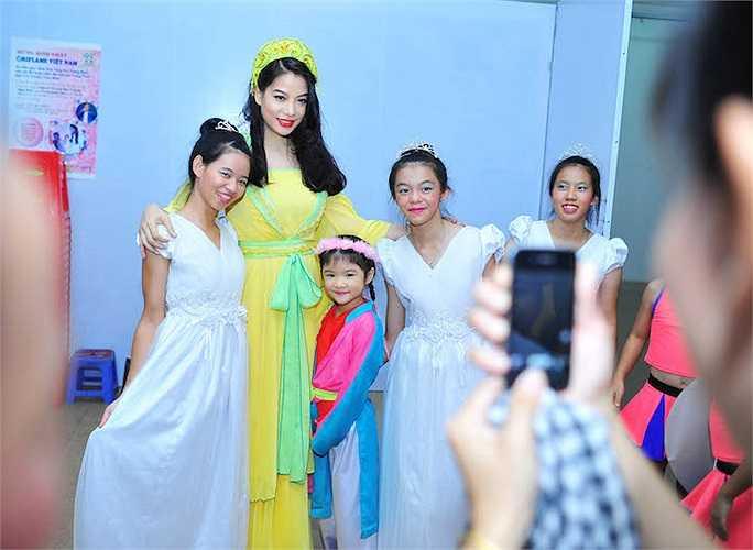 Trương Ngọc Ánh hóa thân thành Hằng Nga phát quà cho trẻ em nghèo còn bé Bảo Tiên cũng mặc áo mớ ba mớ bảy rất đỏm dáng, tặng quà cho bạn bè cùng lứa.