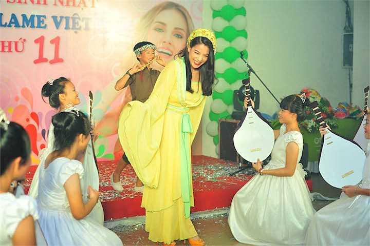 Bé Bảo Tiên tỏ ra rất quấn quýt với mẹ trong mọi hoạt động. Cô bé cũng rất dạn dĩ trước ống kính máy chụp hình.