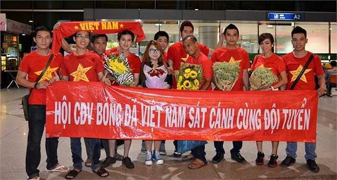 Tối 24/8, U19 đã trở về Việt Nam sau giải U22 Đông Nam Á. Mặc dù trời mưa to nhưng đã có không ít cổ động viên nhiệt thành ra đón các cầu thủ.