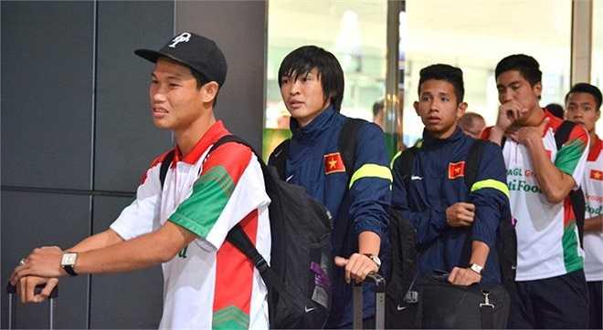 Các cầu thủ U19 Việt Nam phải dậy từ rất sớm để dọn hành lý về Việt Nam. Do không có chuyển bay thẳng từ Brunei nên đội phải transit tại Singapore và đến sân bay Tân Sơn Nhất lúc 18h40.