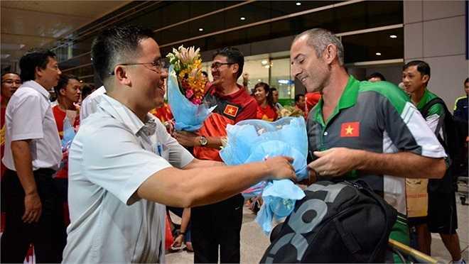 Trưởng đoàn Dương Vũ Lâm và HLV Graechen nhận được sự động viên từ phía VFF và HAGL. Ngay khi gặp lãnh đạo VFF, HLV Graechen đã lên tiếng xin lỗi vì không thể giúp U19 Việt Nam vô địch.