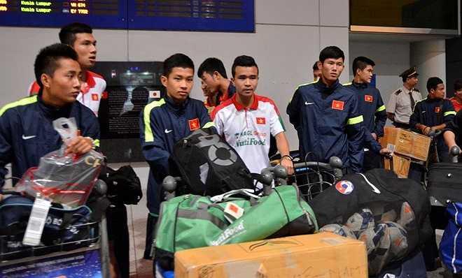 Các cầu thủ U19 Việt Nam với đống hành lý cồng kềnh. Họ phải mất gần 1 giờ đồng hồ để hoàn tất các thủ tục trước khi ra cửa.