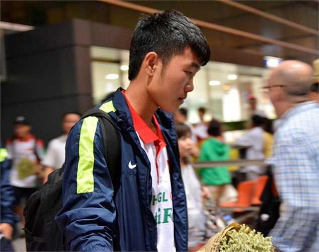 Lương Xuân Trường âm thầm lướt đi nhanh để lên xe trở về khách sạn.
