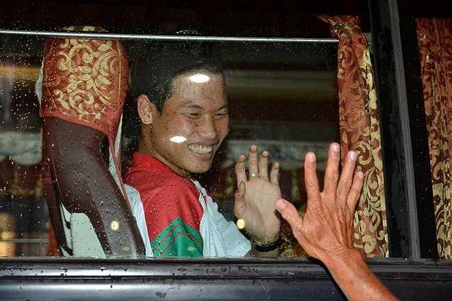 Trung vệ Trần Hữu Đông Triều tươi cười chia tay, cảm ơn người hâm mộ. (Theo Zing.vn)