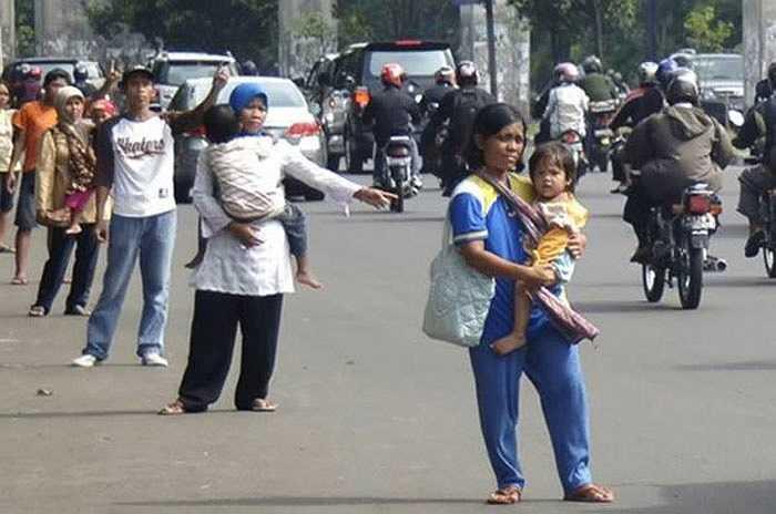 Những người đi nhờ xe chuyên nghiệp được trả tiền để ngồi cùng tài xế để giúp họ đi vào đường quy định dành riêng cho xe hơi chở từ 3 người trở lên. Chính sách này nhằm giải quyết vấn nạn ách tắc giao thông ở Jakarta, Indonesia. Công việc này là bất hợp pháp và người trong xe phải thuyết phục cảnh sát giao thông rằng họ có quen biết nhau.