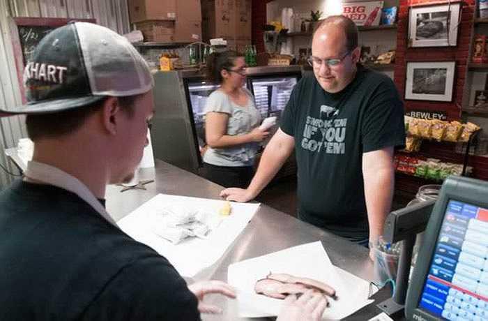 Daniel Vaughn từ bỏ công việc mơ ước của nhiều người là kiến trúc sư để trở thành một người chuyên viết bài phê bình, nhận xét thịt xông khói cho các tạp chí tại Mỹ. Anh đã dành 6 tháng để nghiên cứu về các điểm thịt xông khói tại bang Texas, thu thập công thức của các đầu bếp và ăn tại 10 nhà hàng.