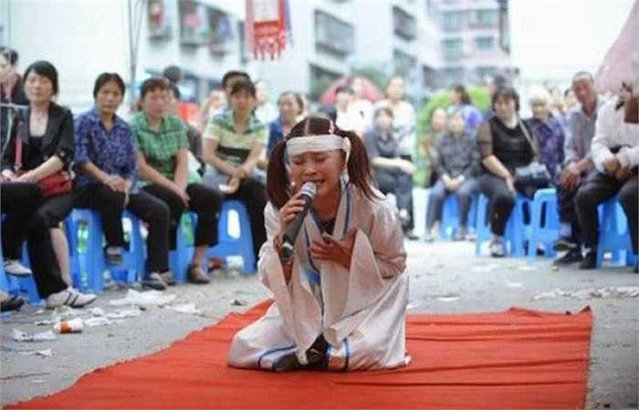 Tại Đài Loan, nghề khóc mướn tại các đám ma rất phổ biến. Những gia đình giàu có thuê họ để khóc thuê, hát và lăn lê dưới đất thể hiện sự đau đớn trước sự ra đi của người đã khuất. Nghề này bắt nguồn từ năm 1970 khi con cái lên thành phố làm ăn không kịp về chịu tang cha mẹ ở quê.