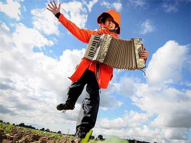 Jamie Fox, 22 tuổi, mới tốt nghiệp đại học Bangor, chuyên ngành âm nhạc đã được thuê với giá 250 đô để làm hình nộm biết chơi nhạc cụ trên cánh đồng của các nông trại để đuổi gà gô. Với khoản thu nhập đều đặn hàng tuần, anh đã có đủ tiền để du lịch tới New Zealand vào năm sau như mơ ước.