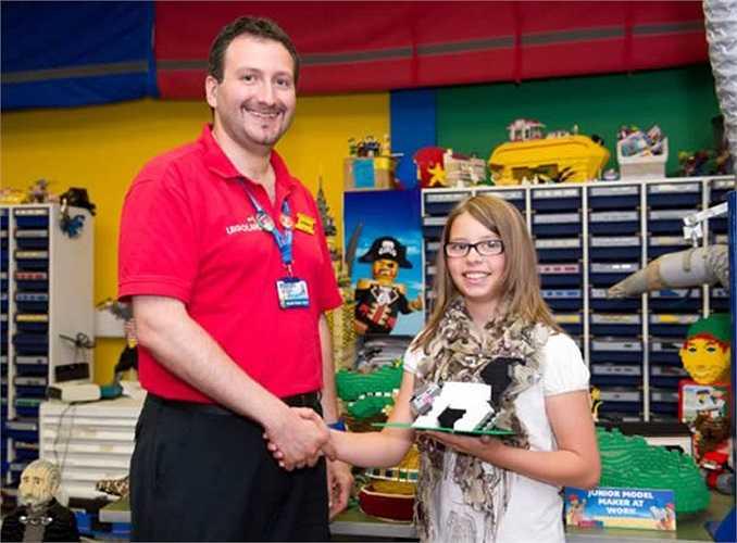 Hannah Kirkham 11 tuổi vượt qua hàng trăm đứa trẻ khác trong quy trình chọn lựa một người đảm nhận công việc trong nom 1.800 mô hình lego tại Legoland Windsor Resort. Tuy nhiên, cô bé vẫn còn một buổi phỏng vấn cuối cùng với nhà sản xuất lego Giorgio Pastero để chính thức nhận vị trí làm việc.