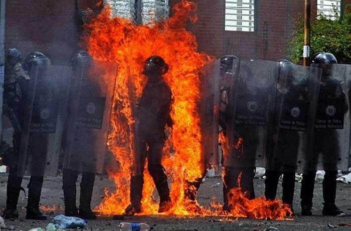 Một cảnh sát chống bạo động trúng bom xăng trong cuộc biểu tình ở San Cristobal, Venezuela
