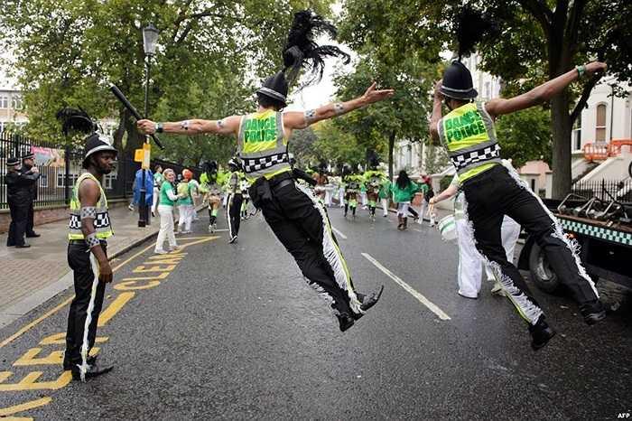 Diễn viên hóa trang làm cảnh sát tham gia một cuộc diễu hành vào ngày thứ hai của Lễ hội Notting Hill Carnaval ở London