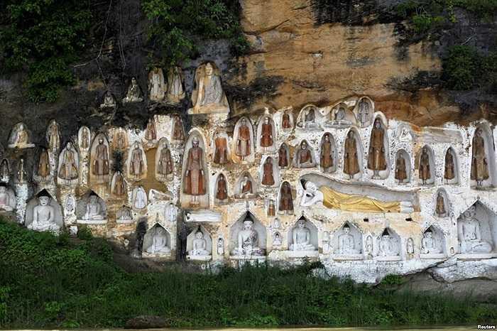 Hình tượng Phật, được tạc vào vách đá, bên bờ sông Irrawaddy bên ngoài vùng Htonebo, khu Bago, Myanmar