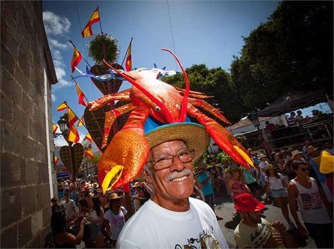 Một người tham gia Hội chợ Pamela đội chiếc mũ tôm hùm theo chủ đề ở Tejina, trên đảo Canary của Tây Ban Nha