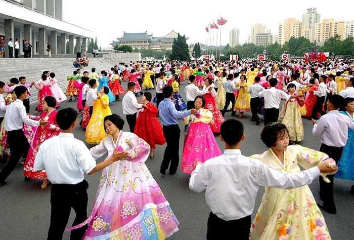 Người dân Triều Tiên khiêu vũ ở Bình Nhưỡng