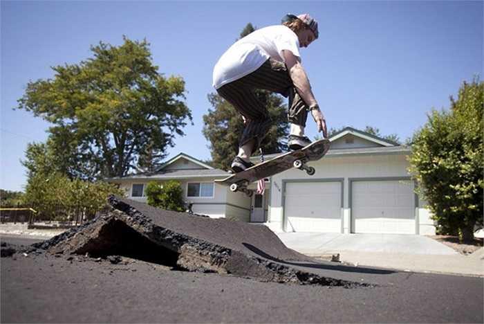 Chàng trai trượt ván qua vết nứt trên đường sau trận động đất ở Napa, California