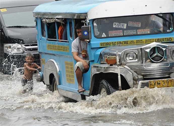 Đường phố ngập nước ở Manila, Philippines