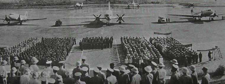 Ngày 3/3/1955, Bộ Quốc phòng ra quyết định số 15/QĐA thành lập Ban nghiên cứu sân bay trực thuộc Tổng Tham mưu trưởng. Ngày này về sau được lấy làm ngày thành lập Không quân Nhân dân Việt Nam. Một năm sau đó, tháng 1/1956, Trung Quốc bàn giao 5 máy bay gồm: 2 vận tải cơ Li-2 và 2 huấn luyện sơ cấp Aero 45. Đây có thể coi là những 'chiến sĩ sắt' đầu tiên trong Không quân Nhân dân Việt Nam anh hùng. Trong ảnh là 2 chiếc Li-2 đậu 2 bên chiếc Il-14 tại lễ thành lập Trung đoàn không quân vận tải 919