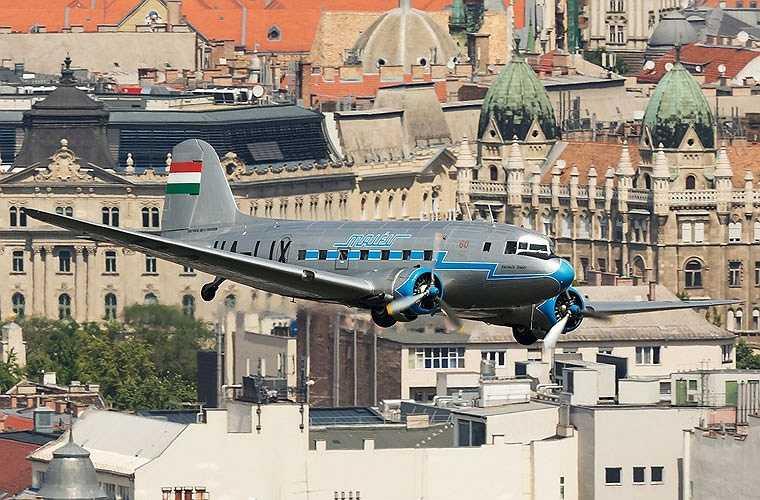 Li-2 được sử dụng chính cho các hoạt động vận tải (chở khách, chở hàng, tải thương) nhưng có thể tham gia ném bom khi cần (quả bom được chất vào trong thân và được phi đội ném qua cửa chất hàng). (Theo Kiến thức)