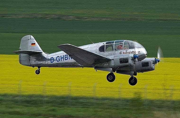 Về phần Aero Ae-45, đây là máy bay đa dụng do hãng Aero Vodochody (Tiệp Khắc) sản xuất từ sau cuộc Chiến tranh Thế giới thứ 2 với khoảng 590 chiếc. Loại máy bay này có thể dùng cho huấn luyện phi công sơ cấp hoặc chở khách. (Theo Kiến thức)