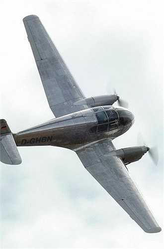 Ae-45 dài 7,77m, sải cánh 12,25m, cao 2,30m, trọng lượng cất cánh tối đa 1,6 tấn. Nó được lắp 2 động cơ 4 xy lanh làm mát bằng không khí Walter M 332-III cho tốc độ tối đa 282km/h, tầm bay 1.700km, trần bay 5.900m. Máy bay chở được 3-4 người, một phi công. (Theo Kiến thức)