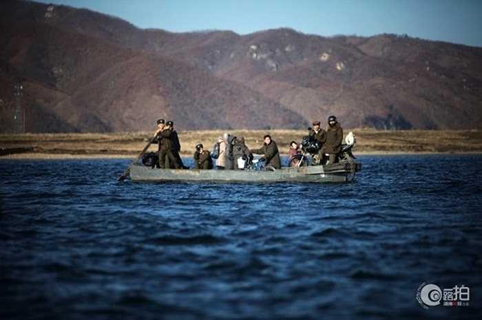 Người dân và quân nhân Triều Tiên chèo thuyền trên sông Áp Lục ở biên giới Trung - Triều