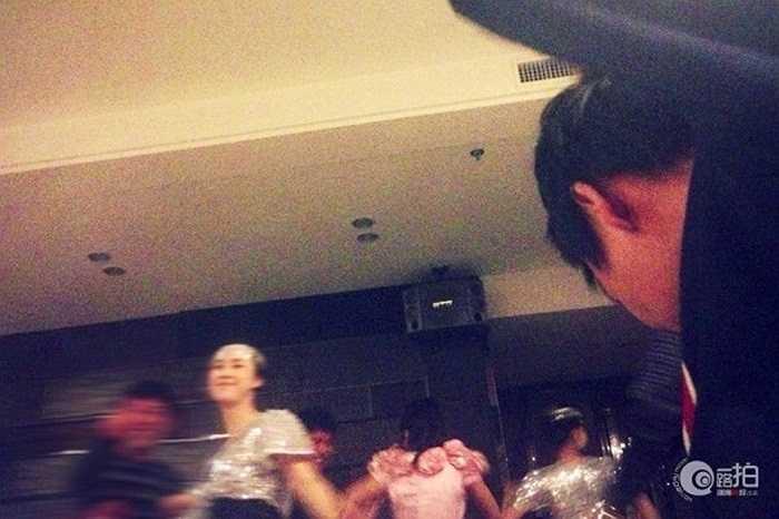Các nhân viên bên trong khách sạn Triều Tiên biểu diễn tiết mục và hát với khách ở biên giới Trung - Triều